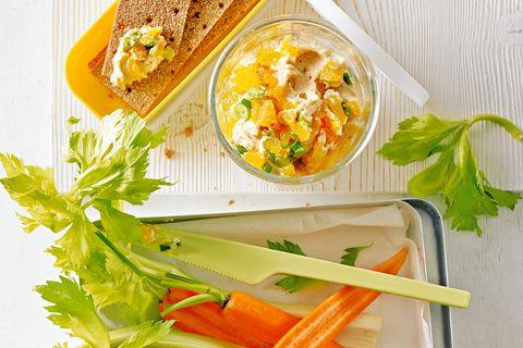 Kürbis-Spread, Knabber-Gemüse und Crisps