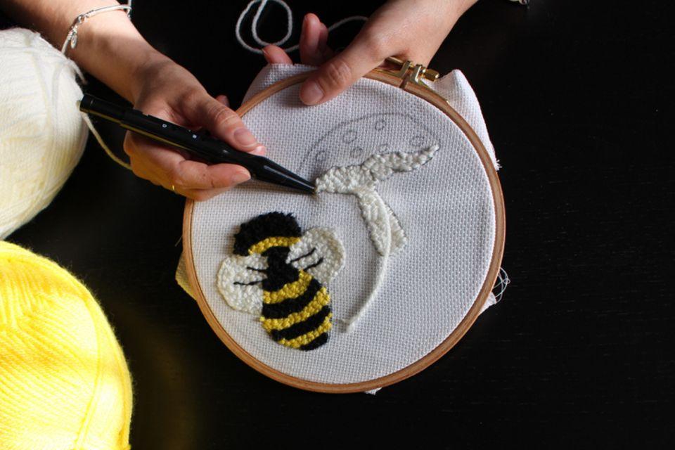 punch needle- bild mit biene