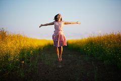 Horoskop: Eine Frau springt in die Luft