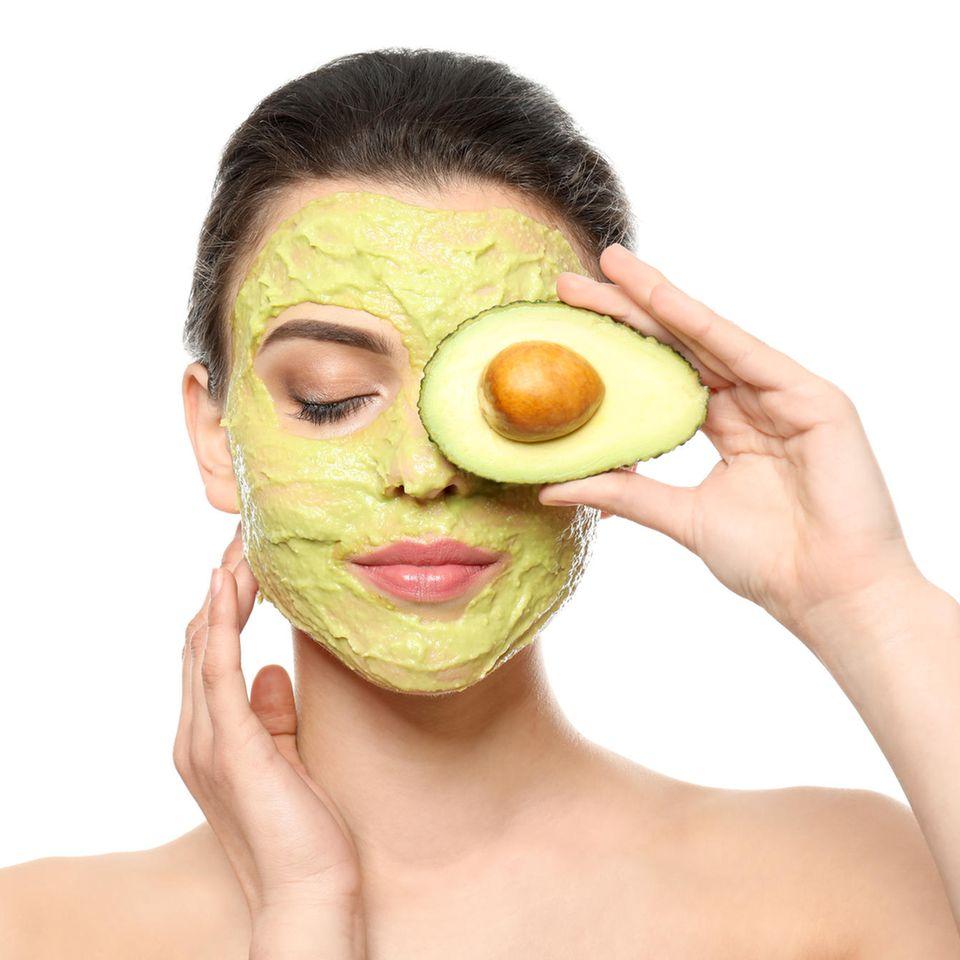 Avocado-Maske: Frau mit Avocado-Gesichtsmaske