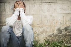 Reddit: Ein weinender Mann verdeckt sein Gesicht mit den Händen