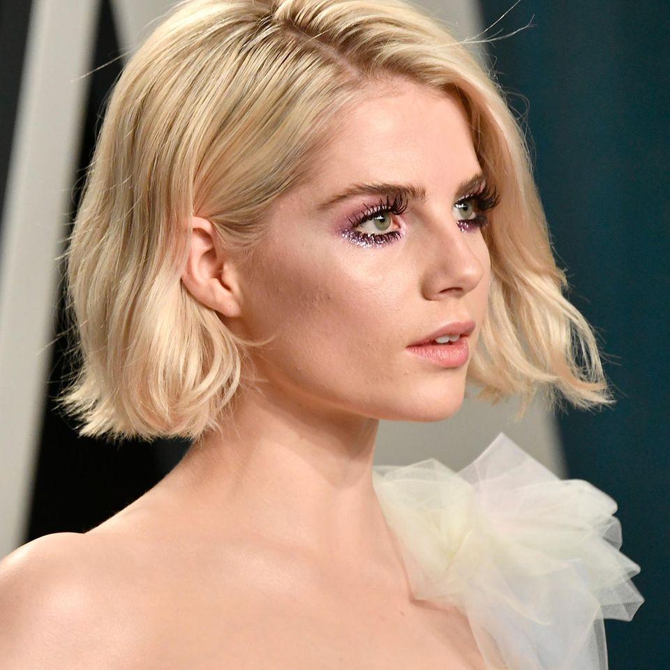 Schauspielerin Lucy Boynton betritt die Vanity Fair Oscar Party 2020.
