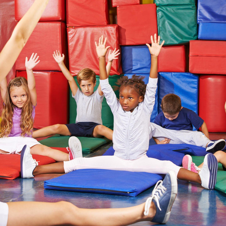 Haben Eltern noch genug Kraft für Erziehung?: Kinder turnen auf Matten