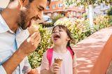 Haben Eltern noch genug Kraft für Erziehung?: Vater und Tochter essen Eis