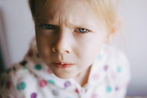 Haben Eltern noch genug Kraft für Erziehung?: Wütendes kleines Mädchen