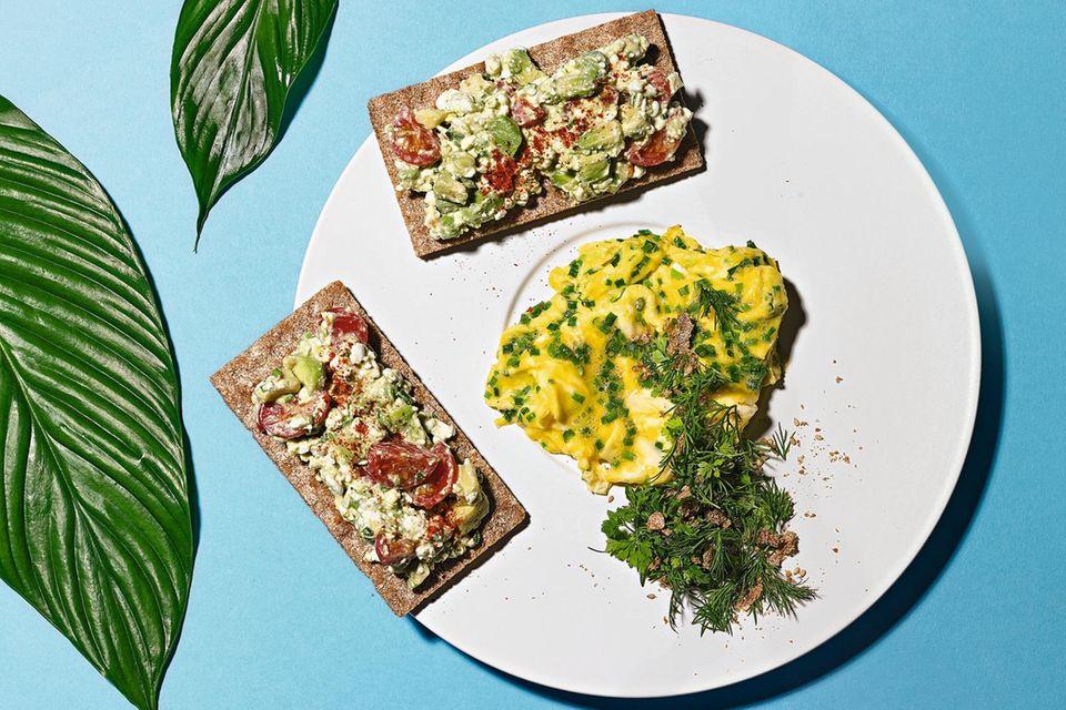 Low-Carb-Frühstück: Rührei mit Kräuter-Sprinkle
