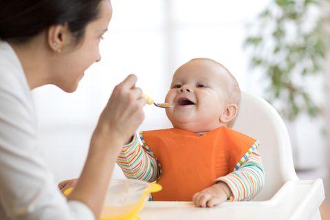 Beikost-Start: Rezepte und Tipps: Baby wird gefüttert