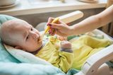 Beikost-Start: Rezepte und Tipps: Baby wird mit Löffel gefüttert
