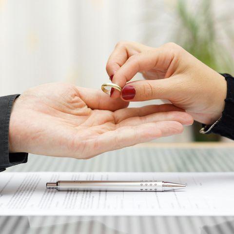 Kuriose Scheidungsfälle aus aller Welt: Eine Frau gibt ihrem Mann ihren Ring zurück