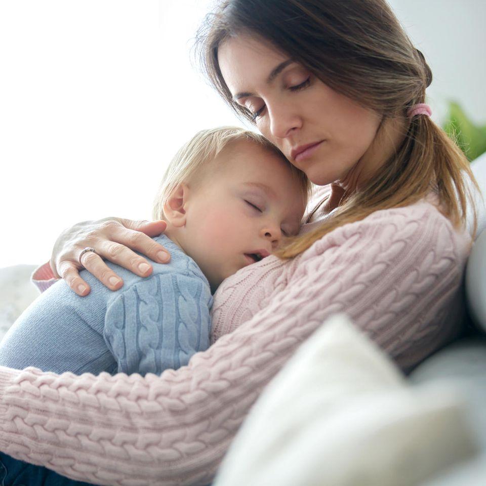 Kaiserschnitt: Mutter mit Baby auf dem Arm