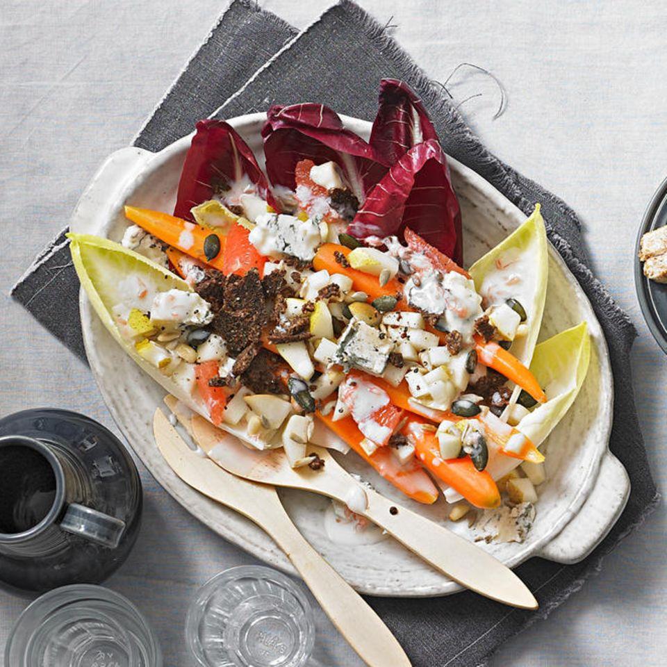 Bittersalat mit Birnen und Kernen
