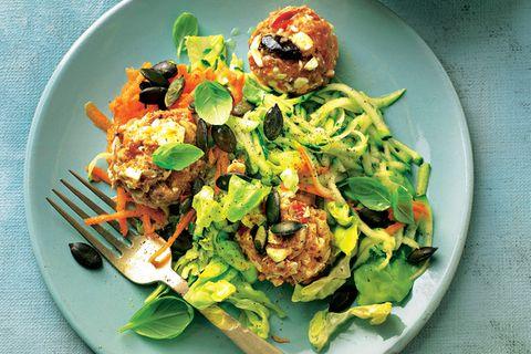 Salate zum Abnehmen: Thunfisch-Bällchen auf Zucchinisalat
