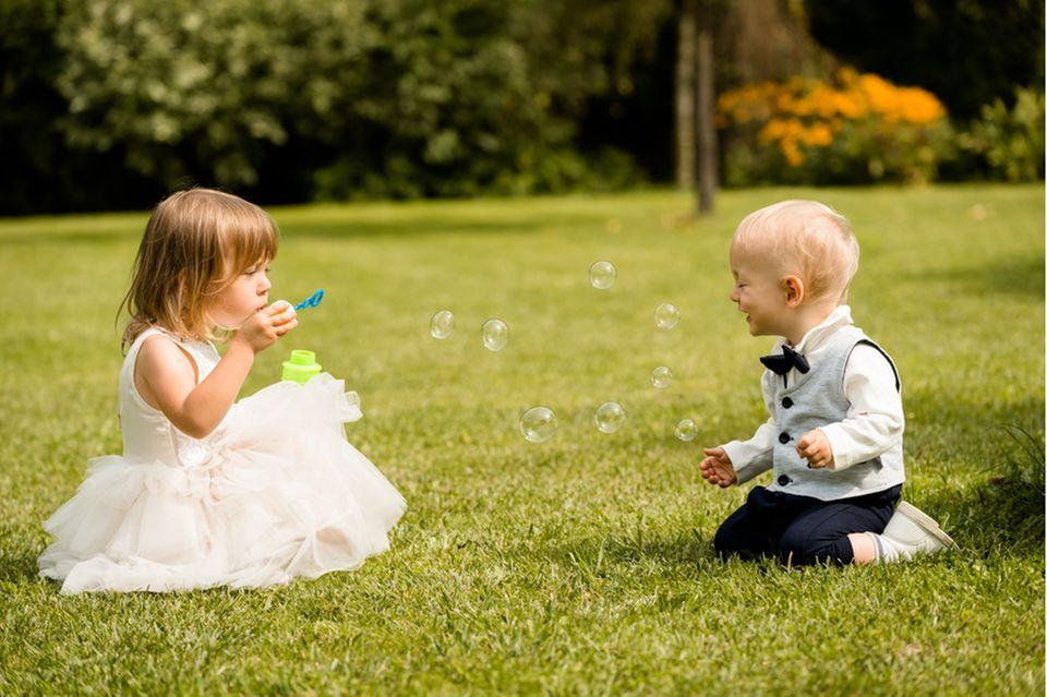 hochzeit mit kindern: kinder machen seifenblasen