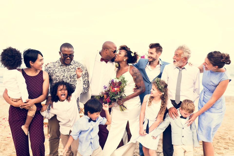 heiraten mit kindern: Gesellschaft bei einer strandhochzeit