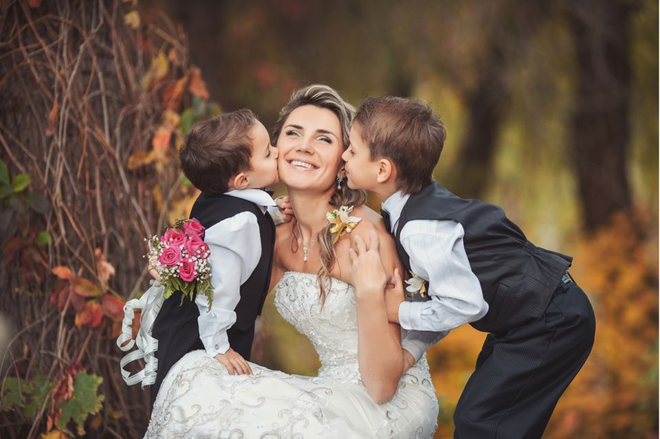 hochzeit mit kindern: Söhne küssen Braut