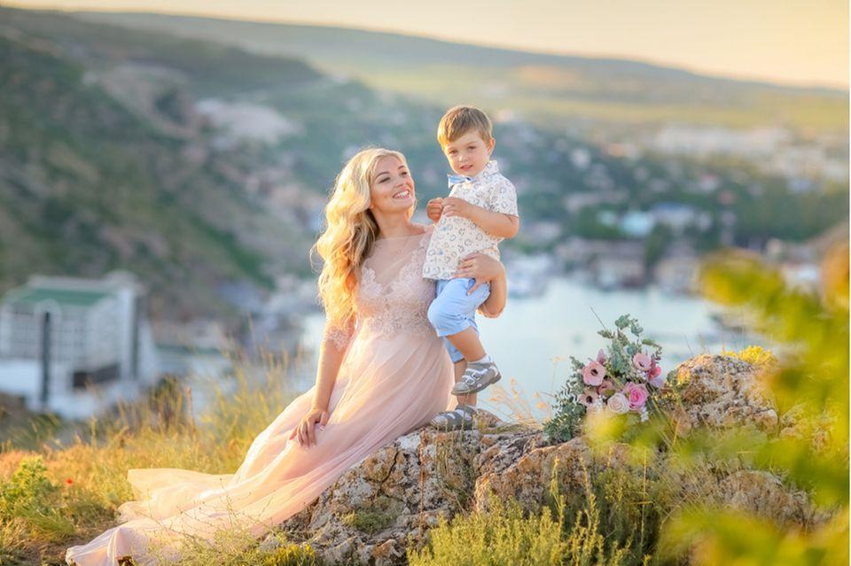 hochzeit mit kindern: Braut mit Sohn auf dem Arm