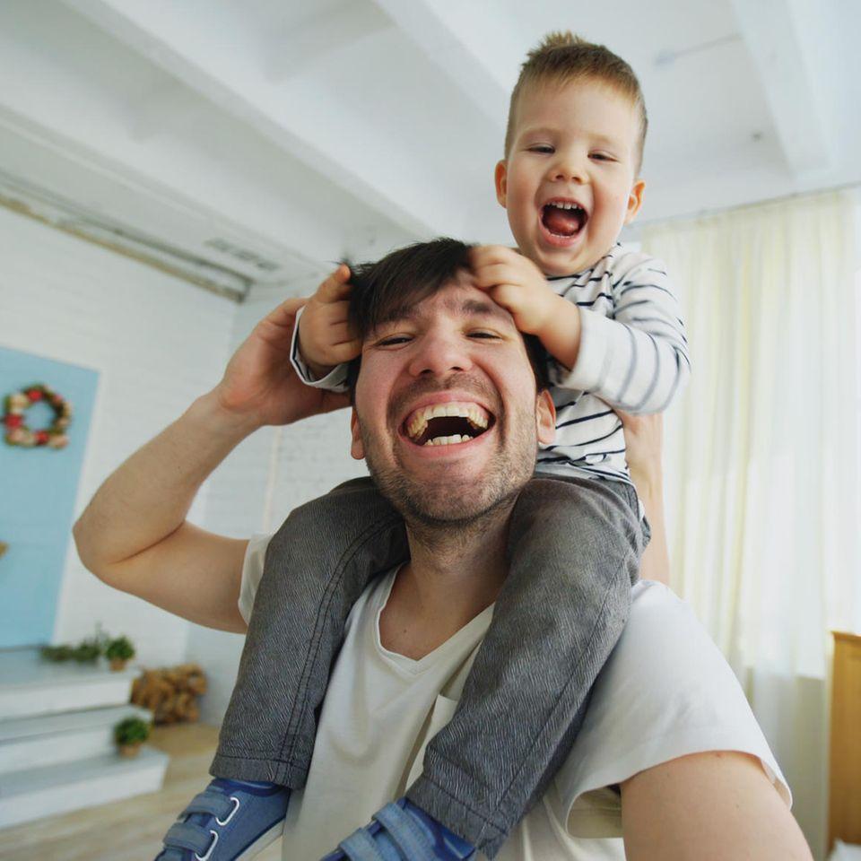 Väter: Mann mit Kind auf Schultern