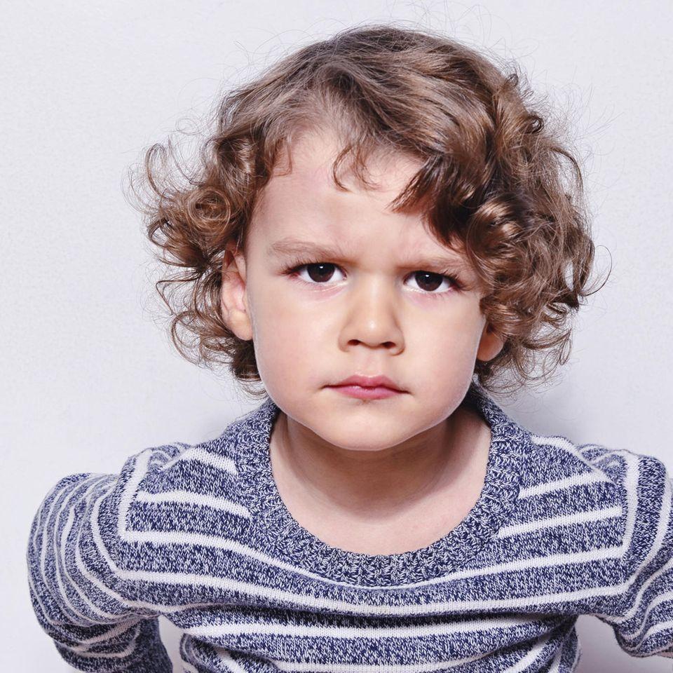 Trotzphase: Trotziger kleiner Junge