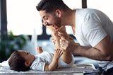 Väter Gebote: Mann wechselt die Windel