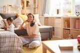 Väter Gebote: Frau mit Kind spielen im Wohnzimmer