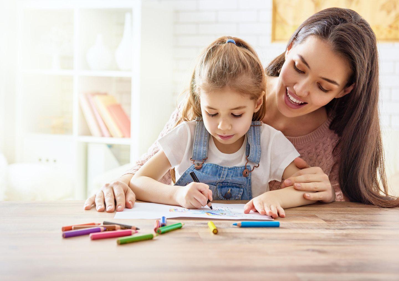 Kindergeburtstag: Mutter und Tochter malen zusammen