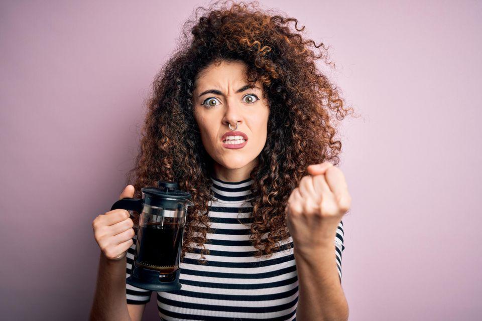 5 Anzeichen, dass du zu viel Kaffee trinkst: Frau mit French Press