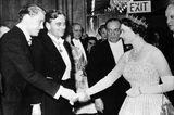 … die Großmutter, Queen Elizabeth, trug das edle Designerstück in den Sechziger Jahren auf einer Filmpremiere. Die funkelnde Fringe-Tiara gehörte zu den Schmuckstücken die, die Königin von England auch auf ihrer Hochzeit trug. Dem bezaubernden Brautpaar wünschen wir alles Glück der Erde.