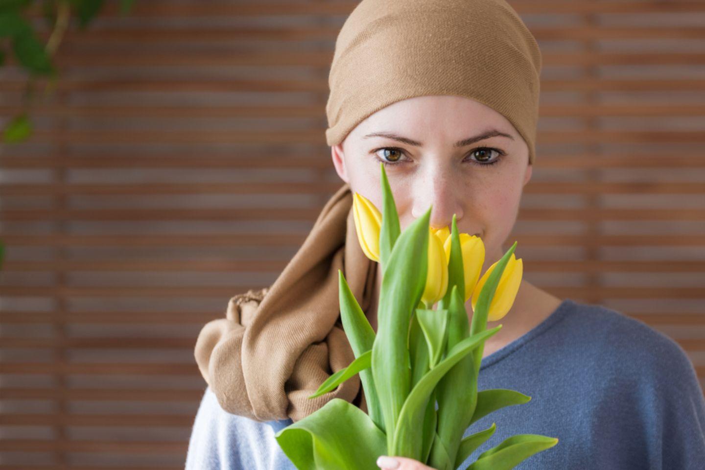 Todkranke Menschen erzählen: Krebskranke Frau mit Blumen