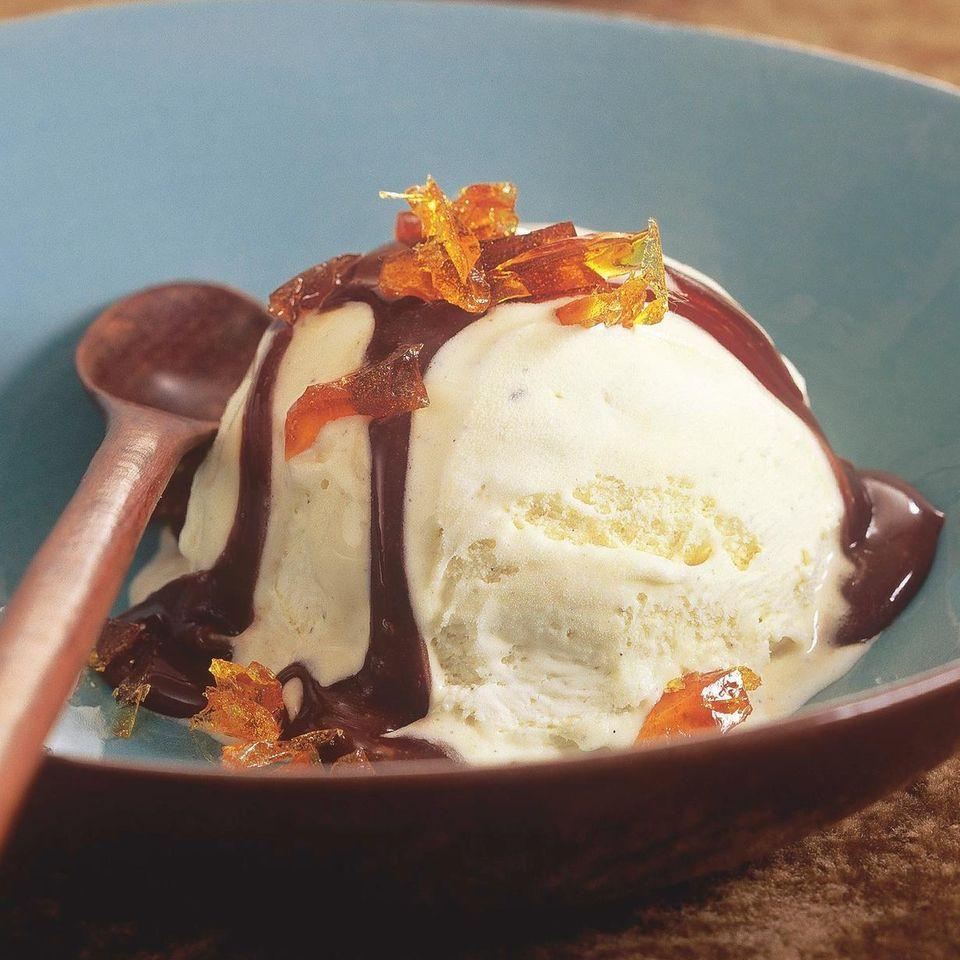 Vanilleeis mit Mokkakaramell-Soße