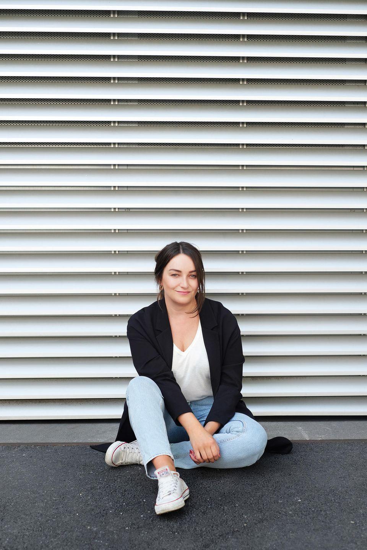 Antonia Wille sitzt auf dem Fußboden