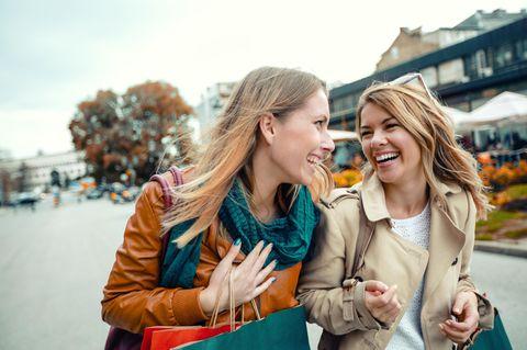 Welche Sätze sagen echte Freunde? Zwei Freundinnen beim Shoppen