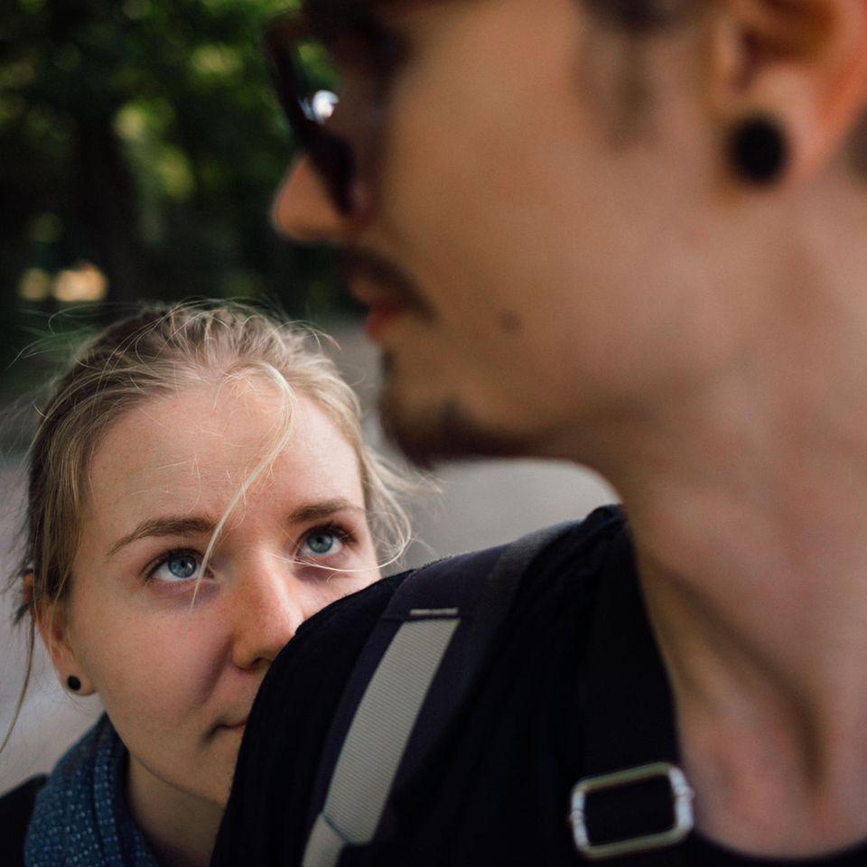Einseitige Liebe: Mädchen schaut ihren Freund an