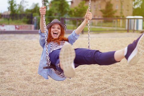 5-Sekunden-Regel: Eine junge Frau auf einer Schaukel