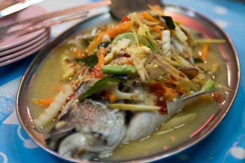 Gedämpfter Fisch mit Limette (Plaa Gapong)
