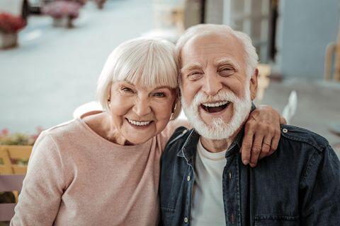 Wo leben die Menschen am längsten: Senioren-Paar lächelt
