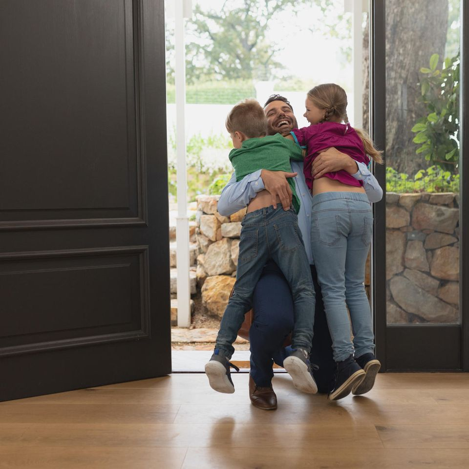 Trennung: Vater umarmt Kinder zur Begrüßung