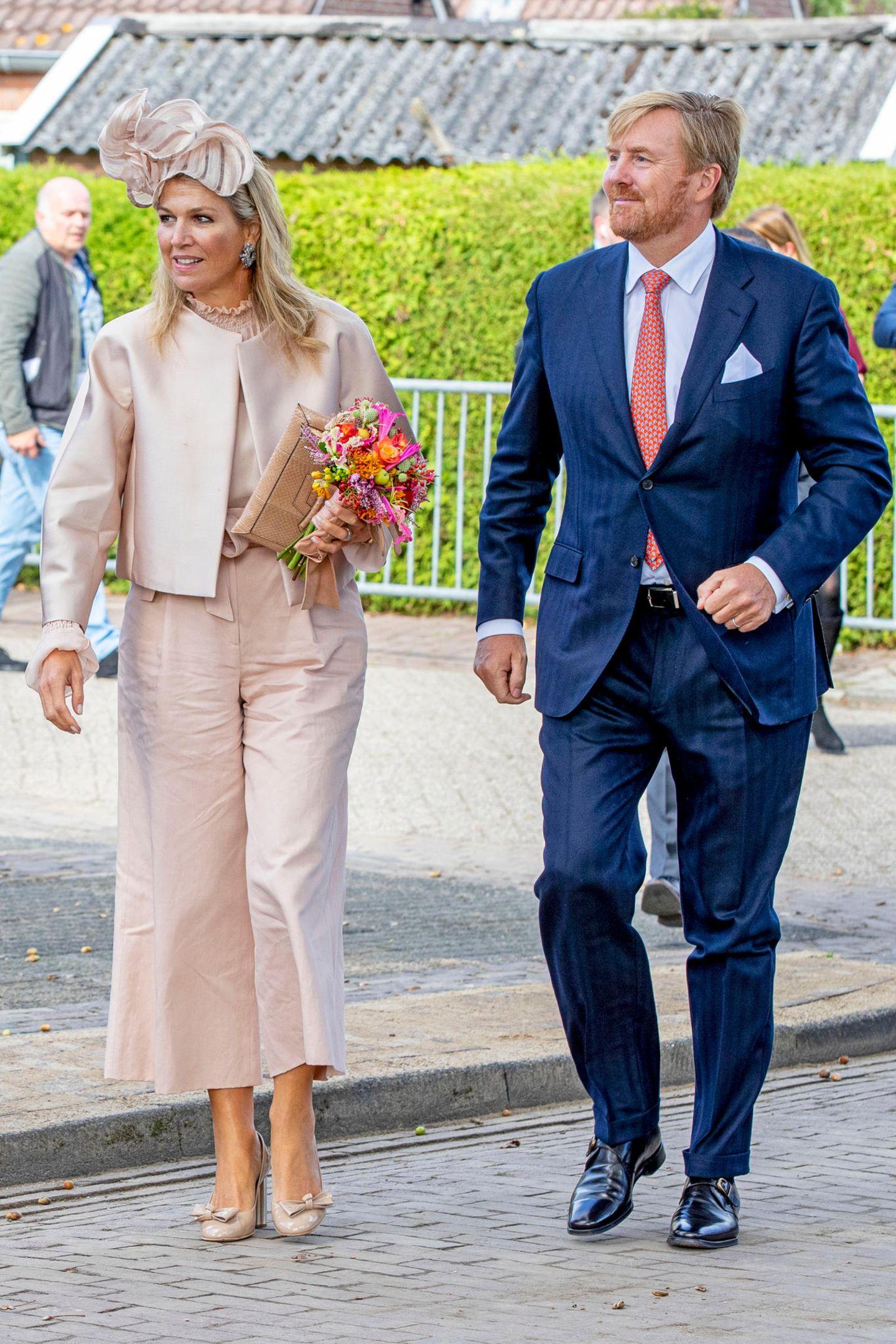 Wenn es umroyale Looks geht,schauen wir oft nach England. Dabei steht eine Blaublüterin den beiden britischen Herzoginnen in Sachen Mode in nichts nach. Königin Maxima der Niederlande ist eine echte Stilikone. Outfits-Flops? Bei ihrFehlanzeige! Wo die schöne Royal auch auftaucht, sieht sie stets super elegant, aber niemals langweilig aus. Und das schafft sie gebürtige Argentinierin dank eines simplen, aber effektiven Tricks.  Statt stundenlang in der Garderobe das perfekte Outfit zusammenzustellen, setzt die Königin viel lieber auf den sogenannten Monochrome-Look. Heißt: Sie wählt Teile in der gleichen Farbe und stylt diese von Kopf bis Fuß. So läuft sie niemals Gefahr, dass ihr Style unruhig oder zu gewollt aussieht, sondern schafft stattdessen einen stimmigen und edlen Look. Doch das ist noch lange nicht alles!