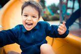 Kinderverhalten: kind auf der Rutsche