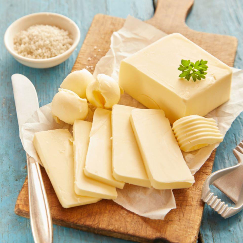 Butter einfrieren: Butter auf einem Schneidebrett