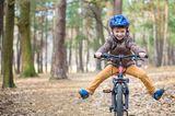 Kinderverhalten: Kind fährt auf Fahrrad