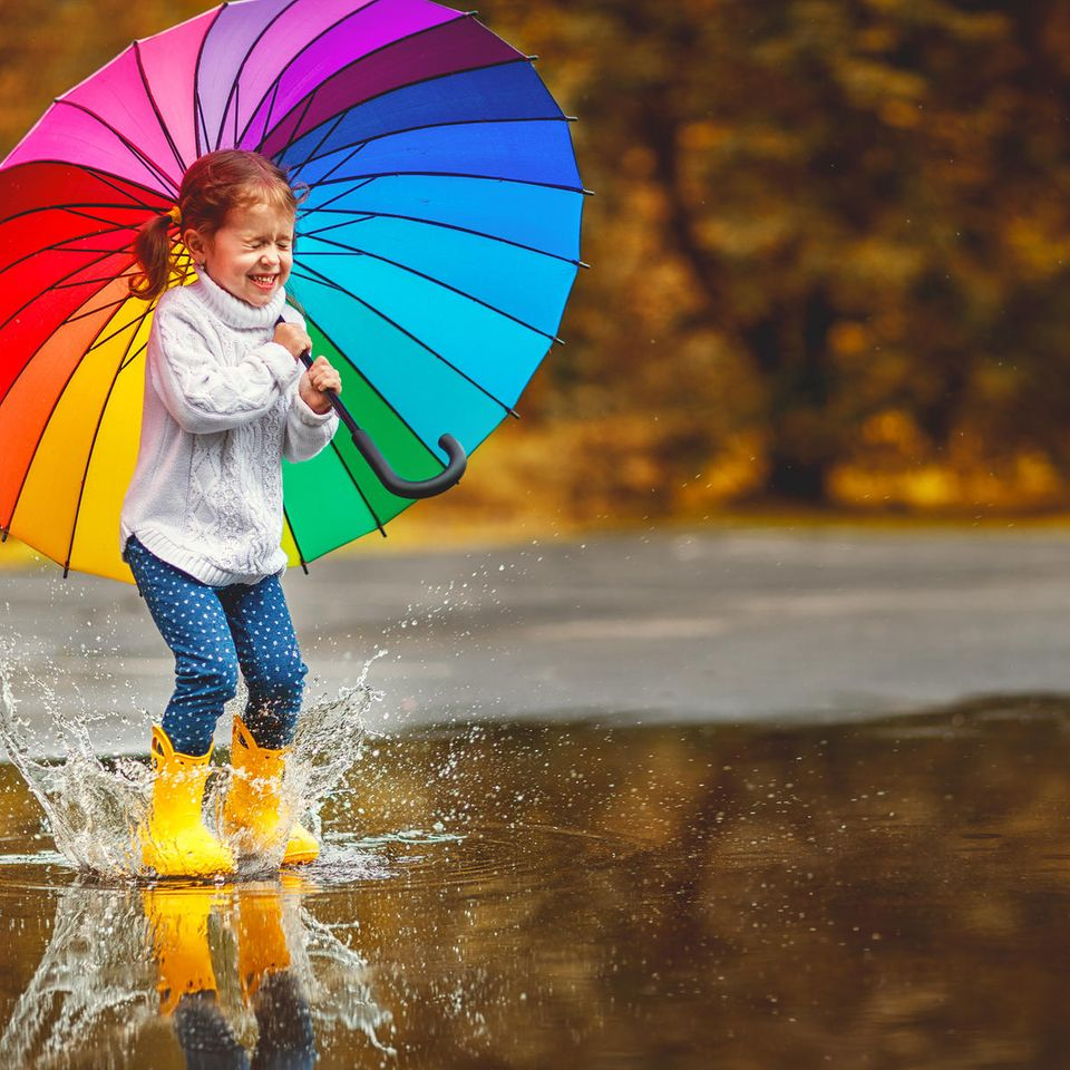 Kinderverhalten: Kind spielt in Pfütze