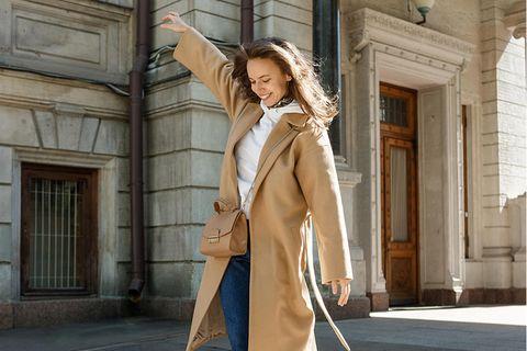 Erfolgsformel: Eine Frau balanciert über eine Mauer