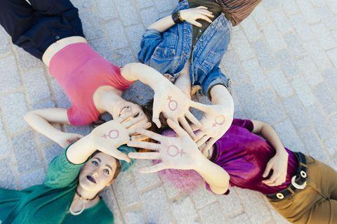 Coronakrise: Frauen mit weiblichen Symbol auf der Hand