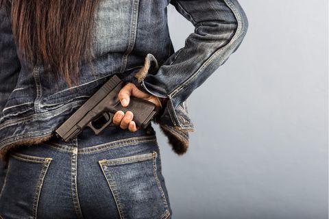 Caro (24) aus Berlin geht nur mit Pistole vor die Tür