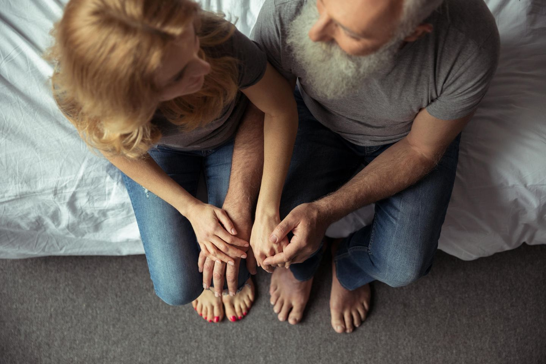 Sexualität im Alter: Pärchen auf Bettkante