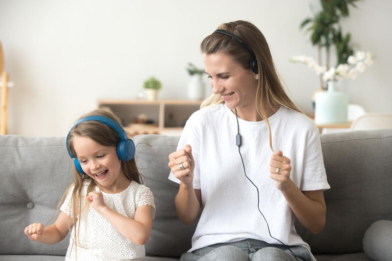 Familienleben: Mutter und Tochter hören zusammen Musik