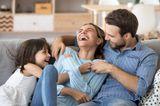 Familienleben: Familie sitzen zusammen auf dem Sofa