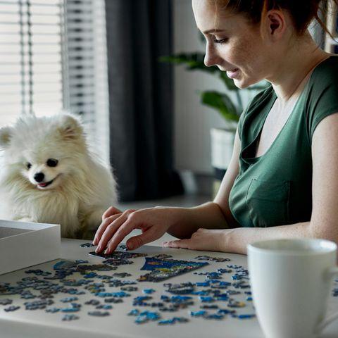 Puzzeln: Frau puzzelt