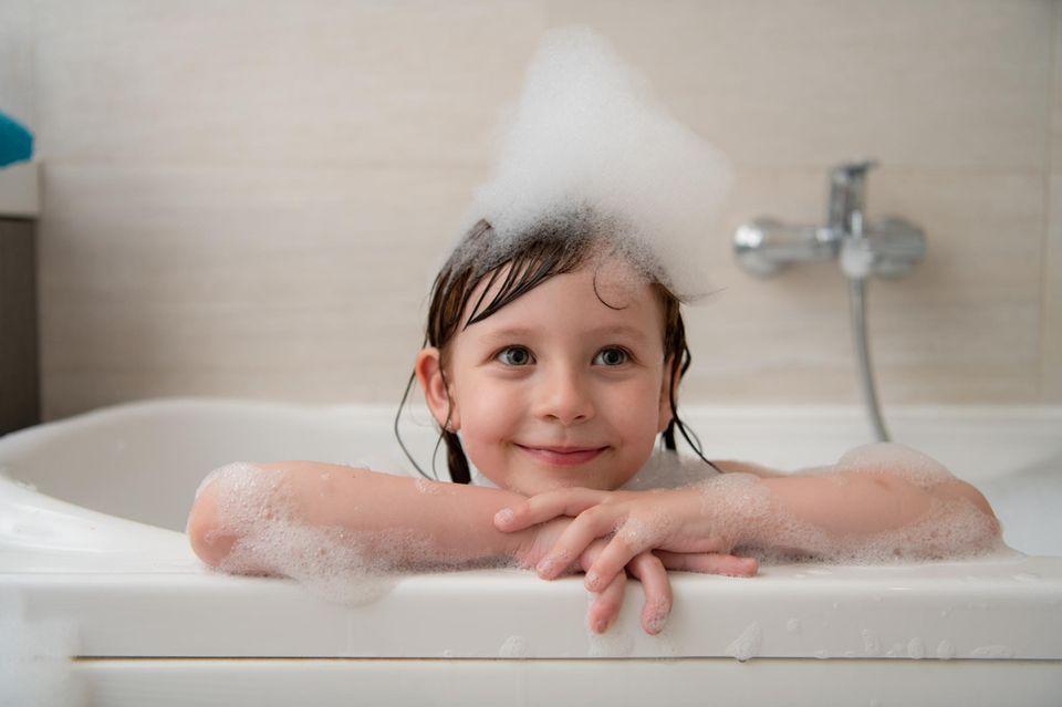 Familienleben: Kind badet in der Badewanne