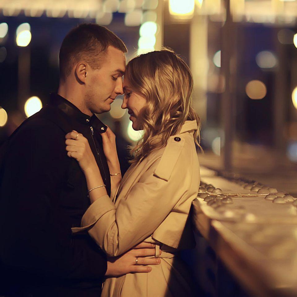 Slow Dating: Ein Pärchen steht sich gegenüber, kurz vor dem Kuss